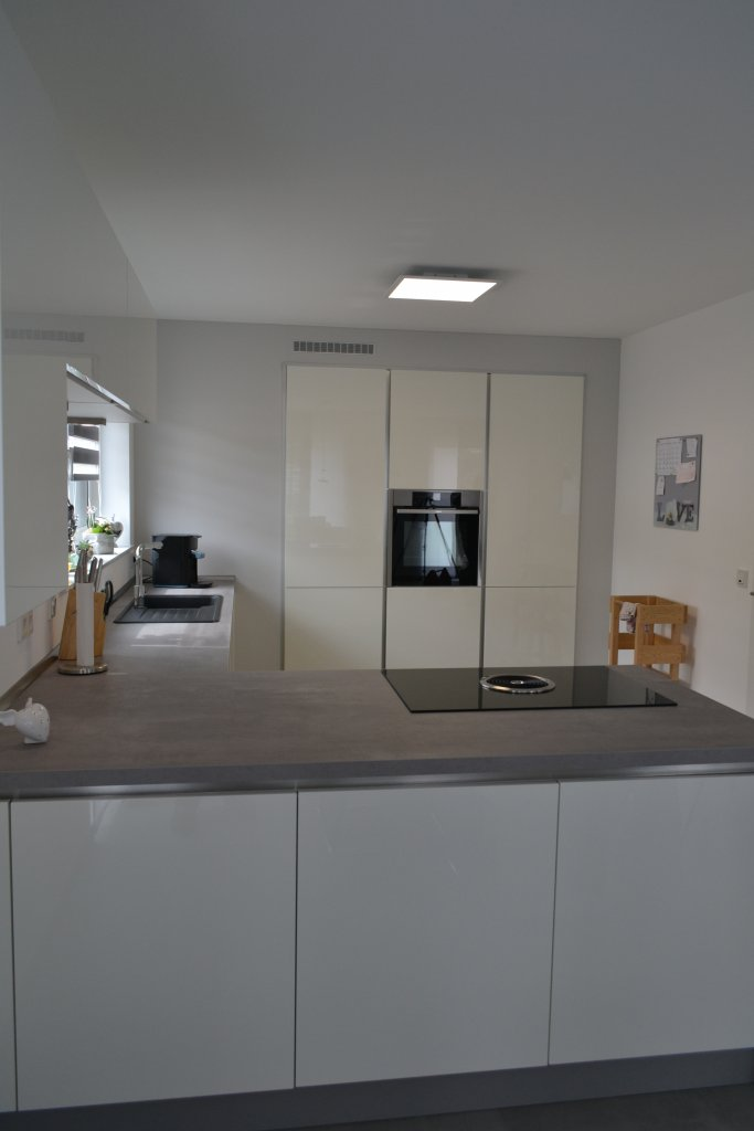 Helle moderne Hochglanz-Küche in L-Form