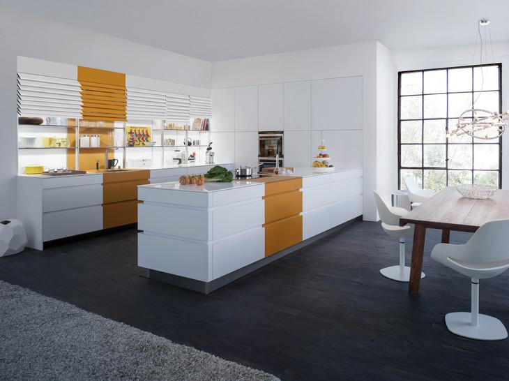Weiße küche mit insel und farbakzenten
