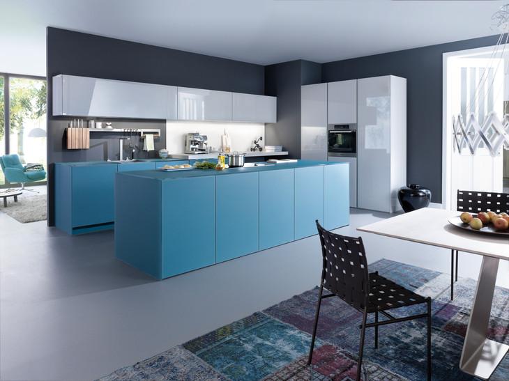 Blau weiße küche mit insel