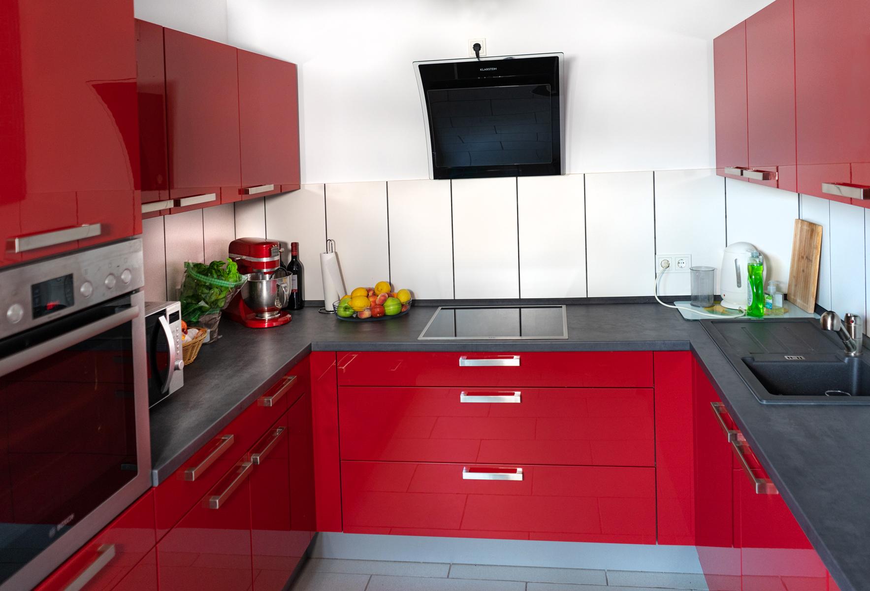 Kundenküche Dillingen: Rote U-Küche mit viel Stauraum — SAAR Küchen