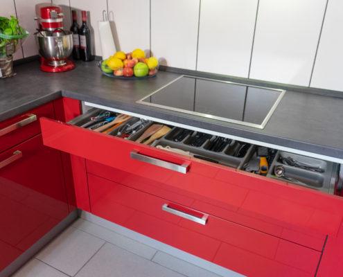 Kundenküche Dillingen: Rote U-Küche mit viel Stauraum