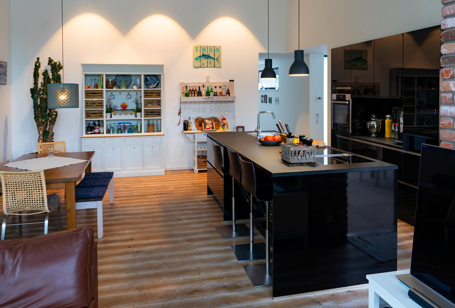 Schwarze Hochglanzküche mit Insel in Saarlouis