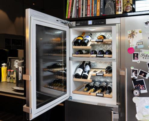 Weinkühlschrank in schwarzer Hochglanzküche mit Insel in Saarlouis