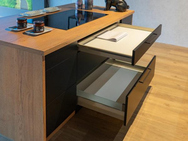 Ausstellungsküche kaufen Saarland - Schwarz, Holz mit Insel
