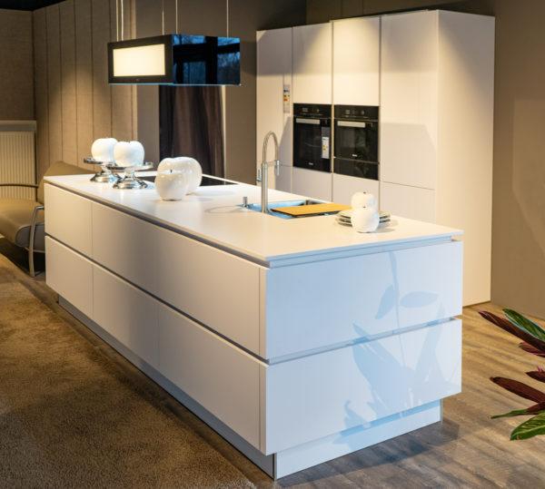 Ausstellungsküche kaufen Saarland - Weiß, grifflos mit Insel