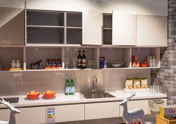 Ausstellungsküche kaufen Saarland - weiß, grau, grifflos, Insel
