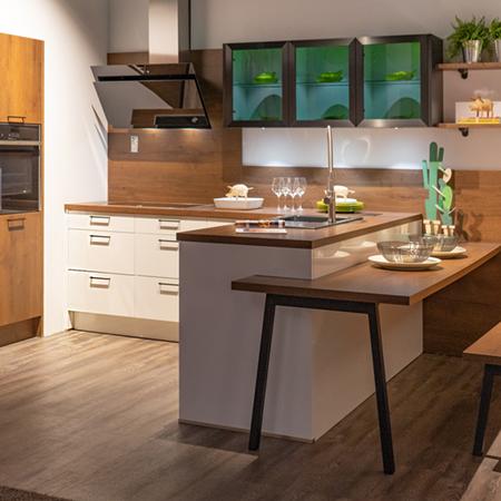 Ausstellungsküche Ensdorf - Holz mit Sitzplatz