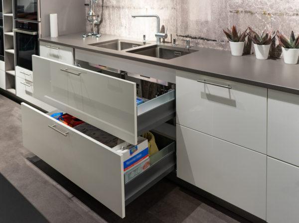 Ausstellungsküche kaufen Saarland - weiß / grau mit Insel