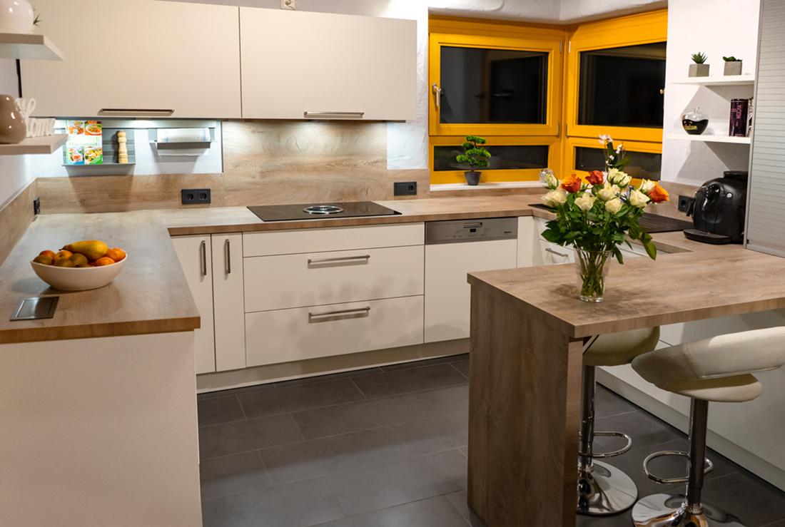 Kundenküche Gottfrois: Gemütlicher Sitzplatz und viele Auszüge ...